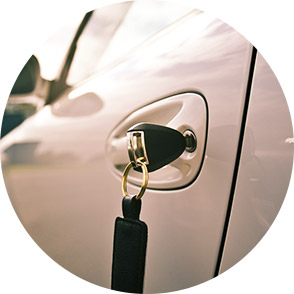 Ключ в двери автомобиля